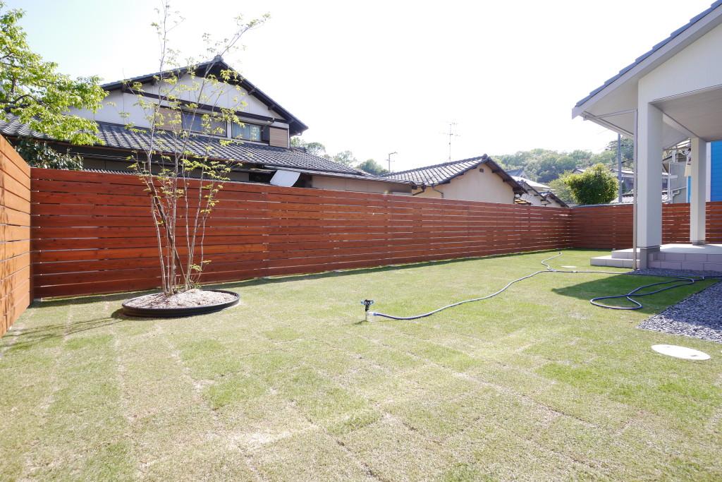 ウッドフェンスと芝生